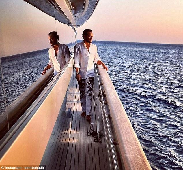 Эмир на своей яхте у берегов Греции.