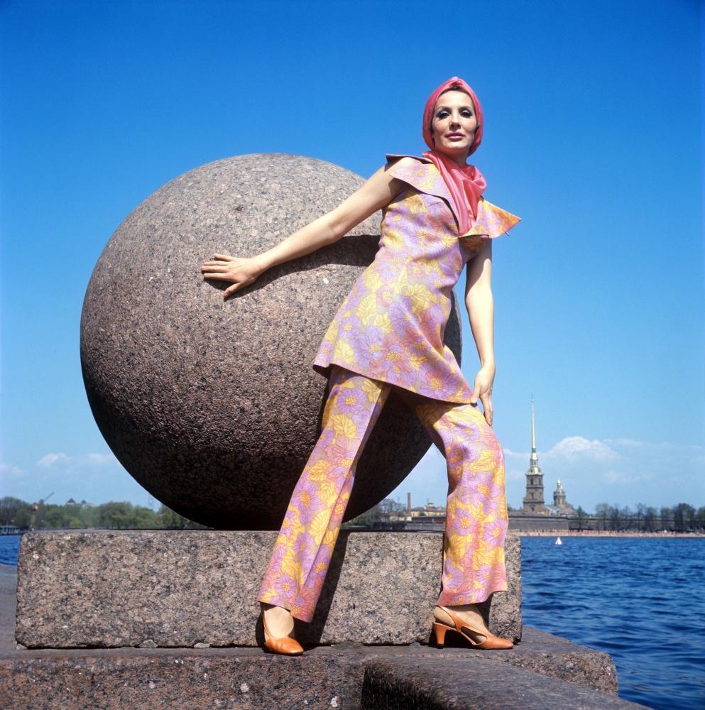 5. Демонстрация брючного костюма с ярким шарфом.1970 г. Фотохроника ТАСС/П.Федотов
