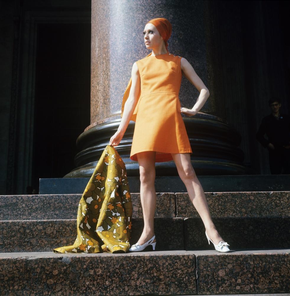 9. Демонстрация оранжевого платья с льняным шарфом. 1970 г. Фотохроника ТАСС/П.Федотов