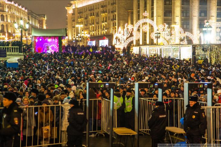 2. Все посетители Красной площади собрались у сцены, где для них пели Родион Газманов, Айвон и еще к