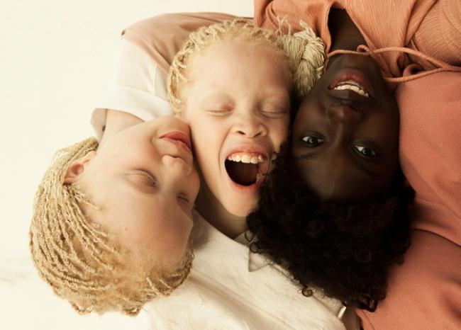© cargocollective.com  УЛары иМары Бавар есть еще одна сестричка— темнокожая Шейла.