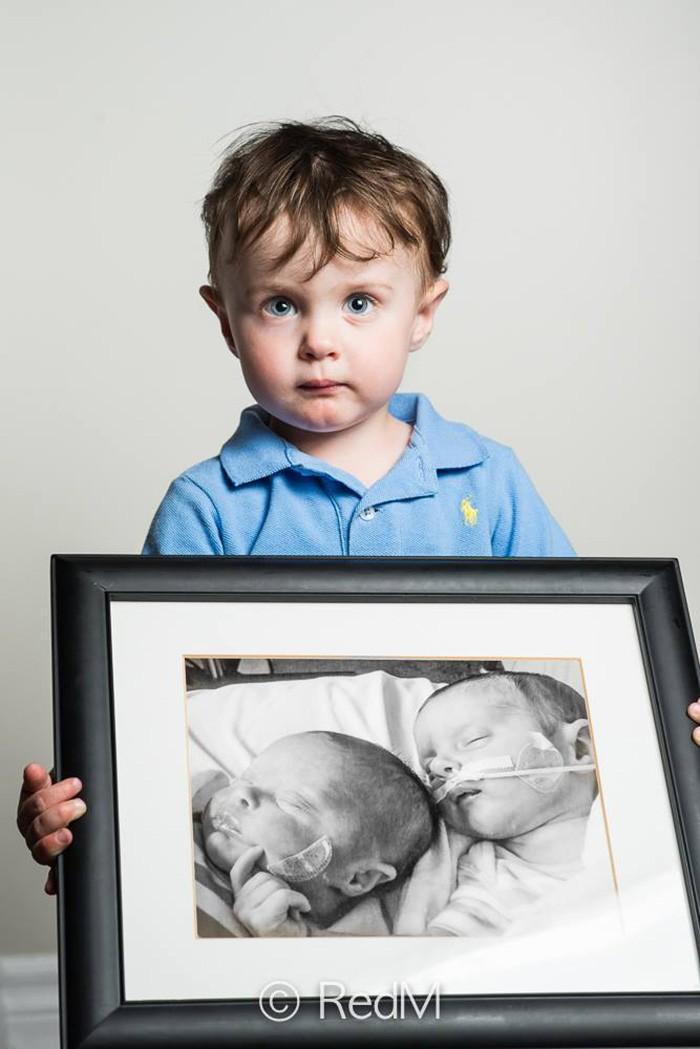 5. Ноа, родился на 32-й неделе. Его сестра-двойняшка Виктория (она есть на фото в рамке) умерла в ме