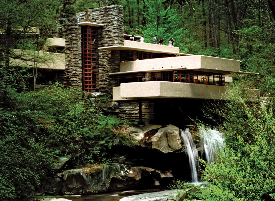 Название дома объясняется тем, что он стоит над небольшим водопадом. Вскоре после завершения строите