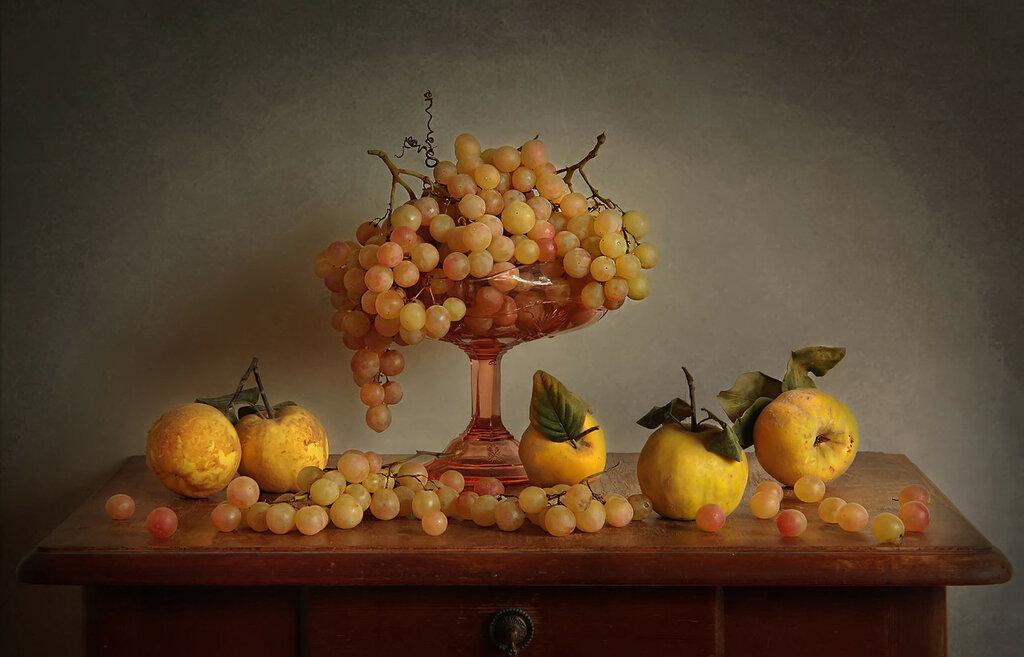 Натюрморт с айвой и виноградом