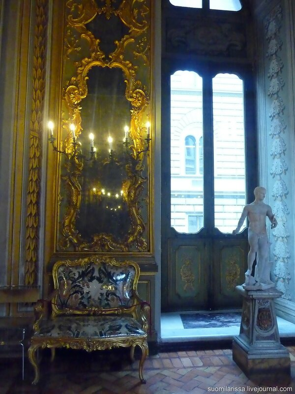 Зеркальный зал дворца.