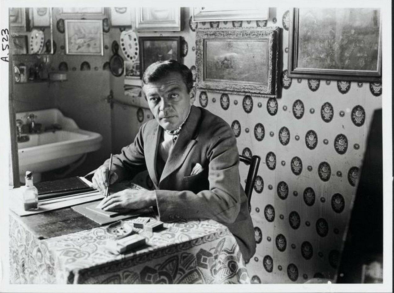1930. Художник Ганс Райхель за письменным столом в своей комнате, Hotel Terraces в Париже