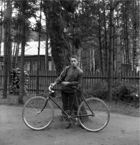 1904. Вешняки.«Саша с велосипедом около дерева»