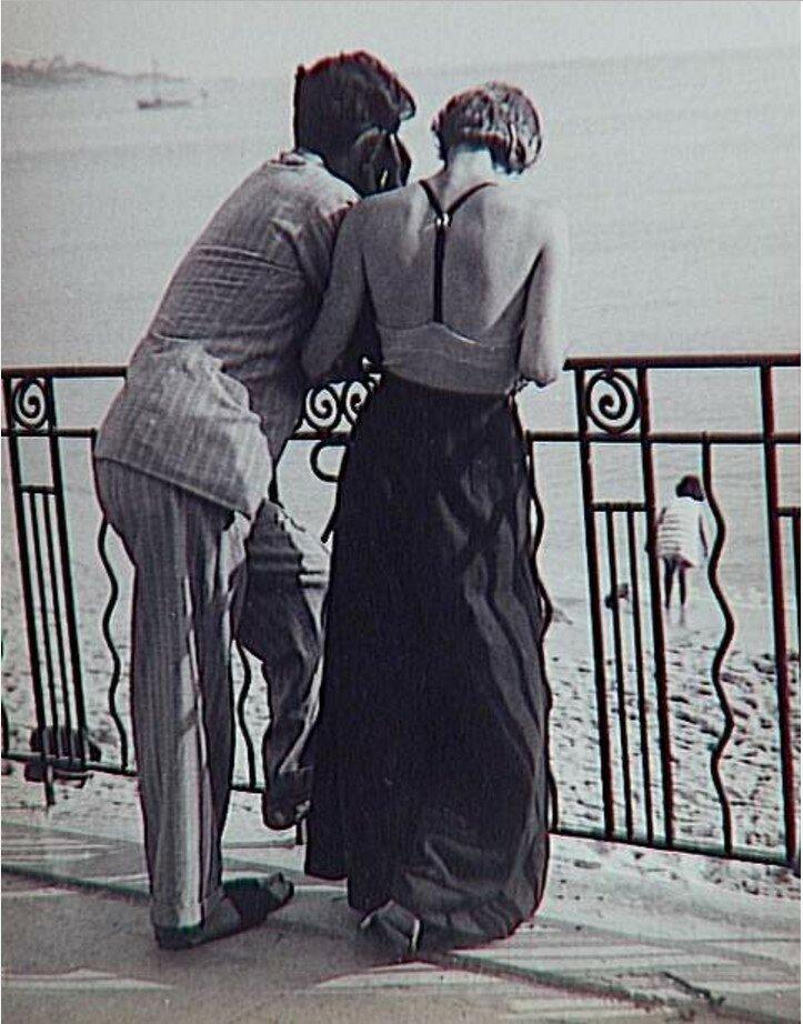 1930. Пара на берегу моря