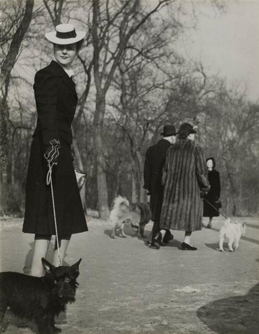 1937. Женщина с собакой