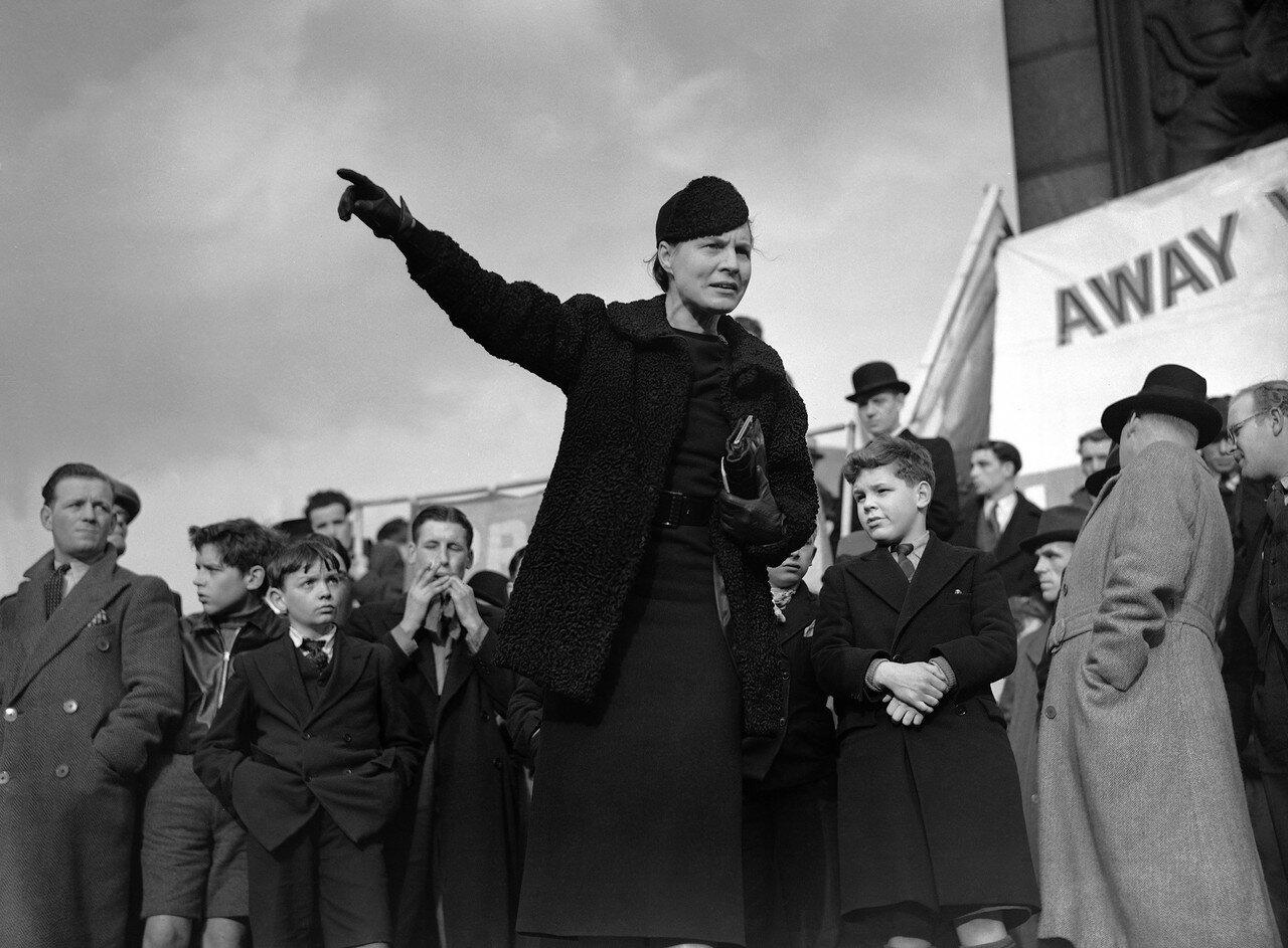 1939. 26 февраля. Около двадцати членов парламента выступили на массовой демонстрации протеста против предательства испанской демократии. Выступает доктор Эдит Саммерскил (лейбористка)