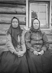 Ручьи. Две женщины возле дома