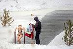 Сибирская лав-сторь 4: парень был готов помочь девушке выбраться из проруби (добрая душа!)