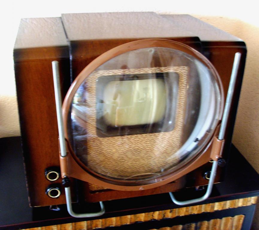 Открытки. Всемирный день телевидения. Первый телевизор с линзой