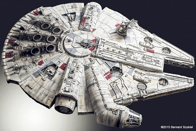 Building a huge Millennium Falcon with paper (9 pics)