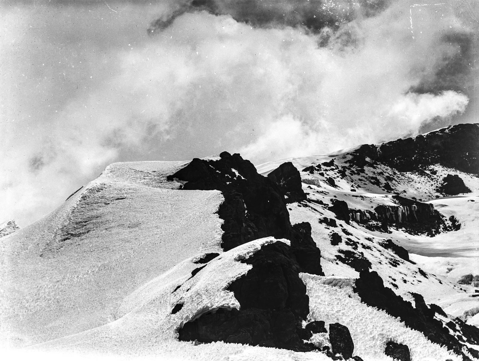 77. Горный хребет покрыт снегом и льдом