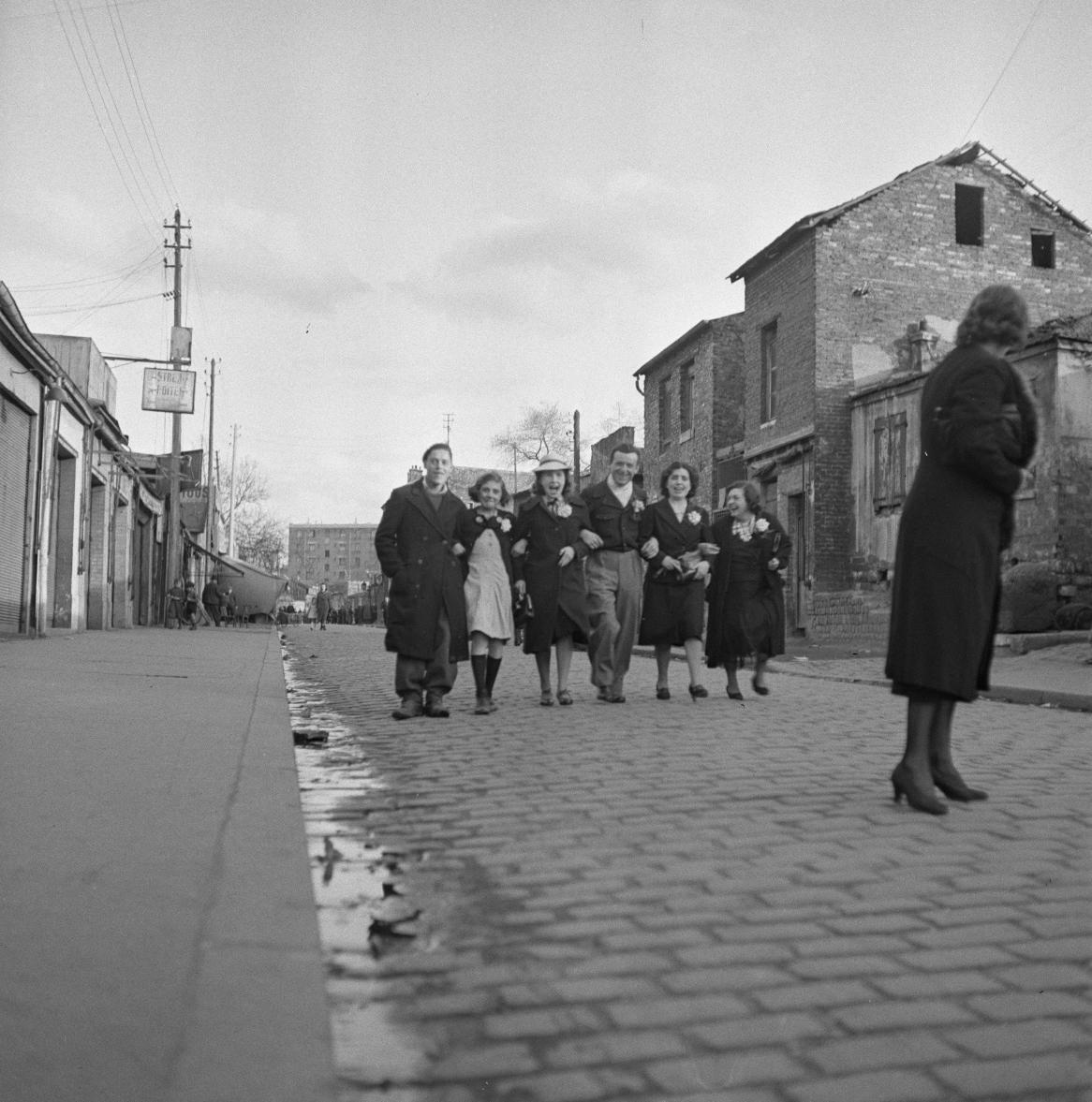 51. Группа людей на улице