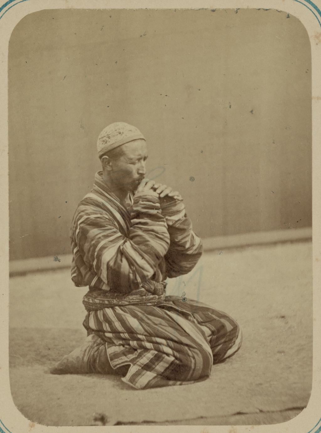 Музыканты. Мужчина за игрой на зурне – небольшом инструменте, напоминающем флейту
