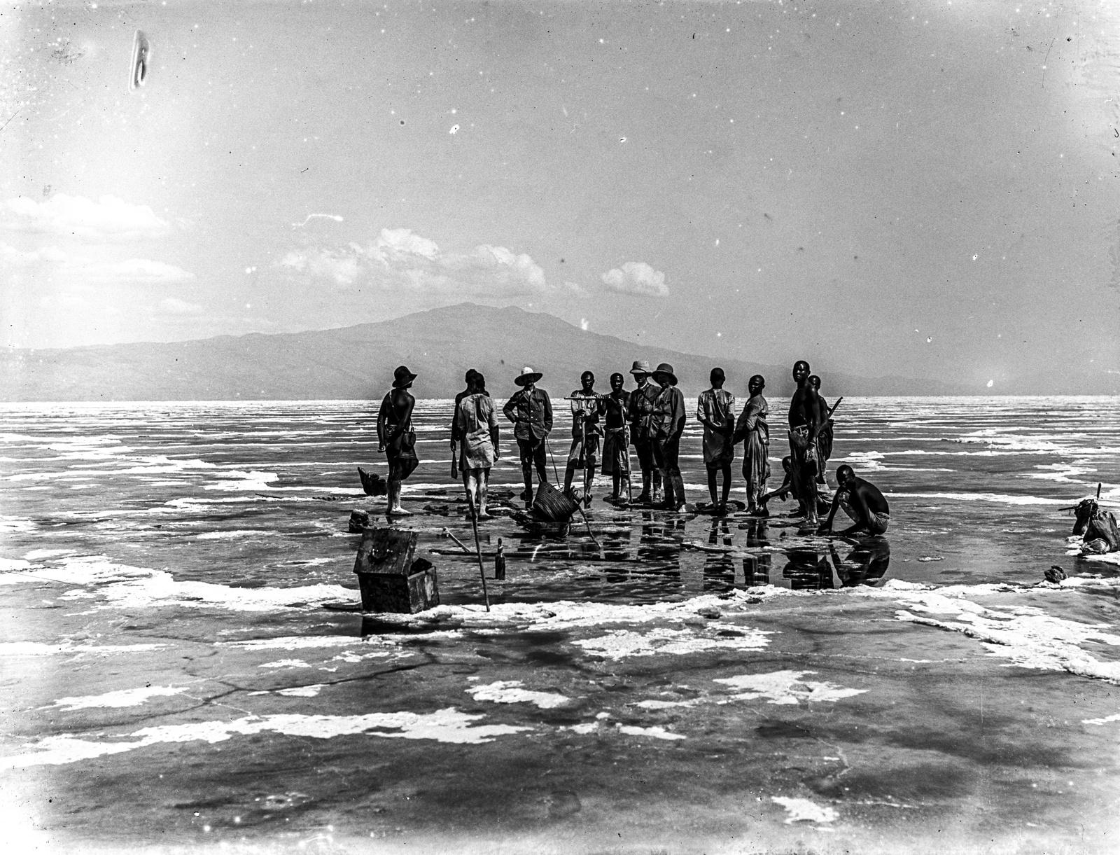 197. Бурение в соляной корке озера Натрон. На заднем плане гора Гелей