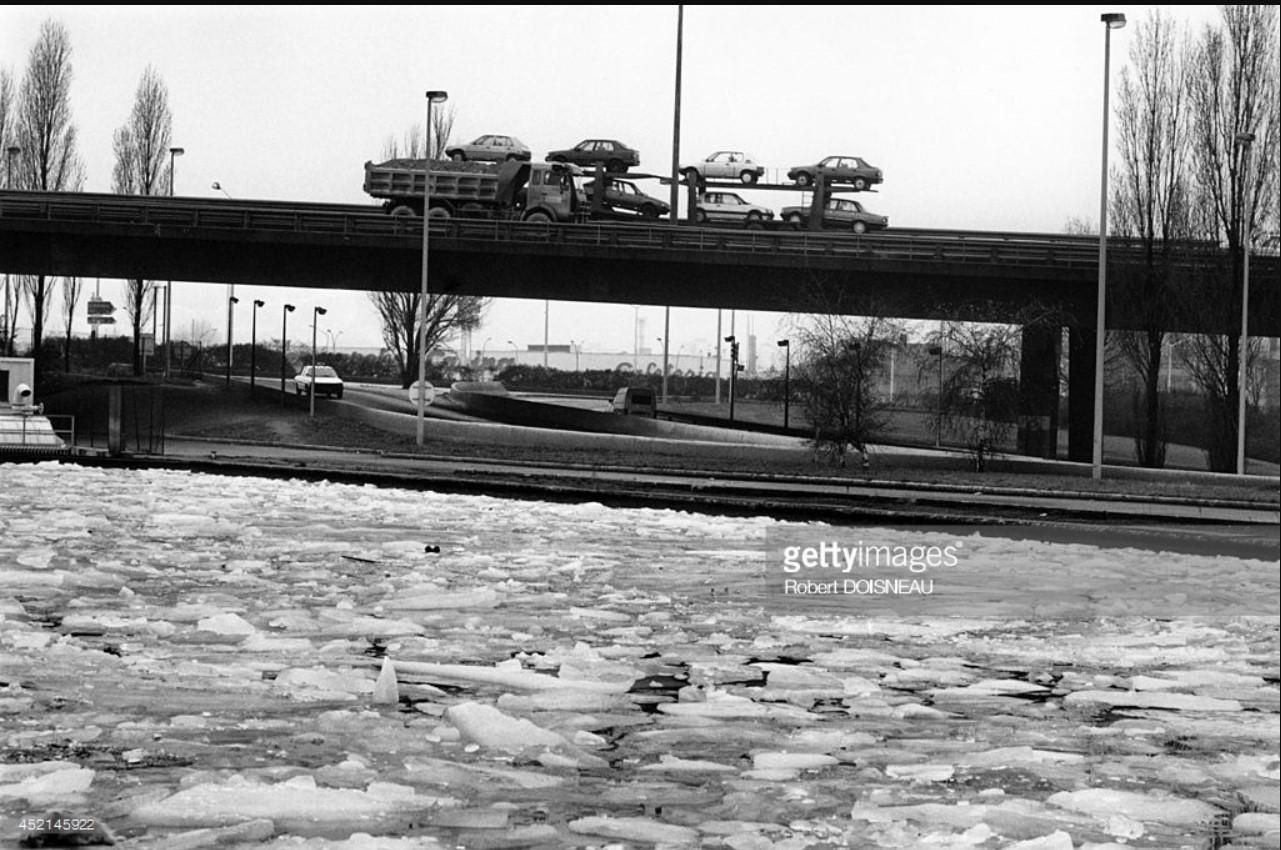 1987. Вид на замерзший канал и шоссе в Сен-Дени
