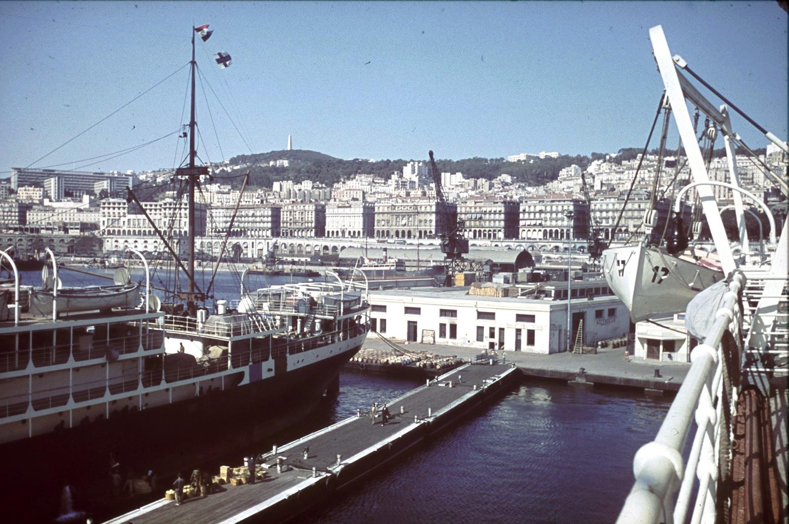 Гавань. Вид с пассажирского судна на отель и казино «Алетти» на бульваре Зирут Юсеф