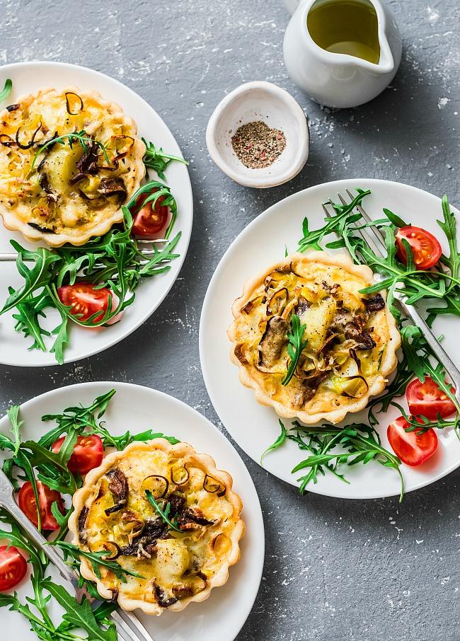 тарталетки с белыми грибами, луком пореем и картофелем...