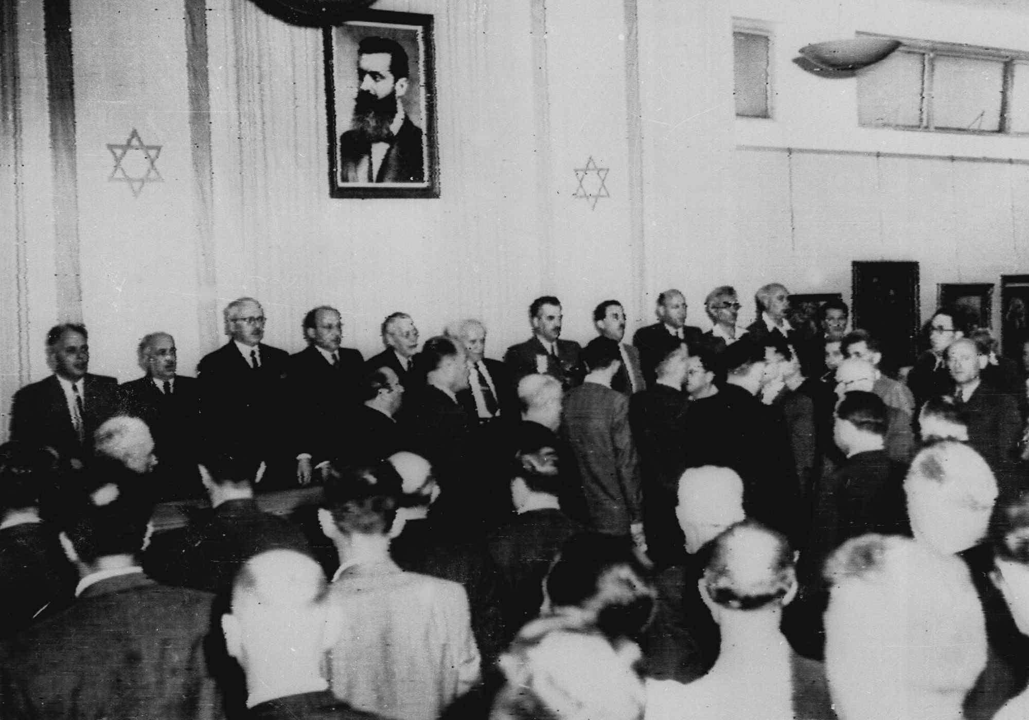 Кабинет министров нового государства Израиль поет «Хатиква», еврейский национальный гимн, 14 мая на церемонии в Художественном музее Тель-Авива, отмечая создание нового государства