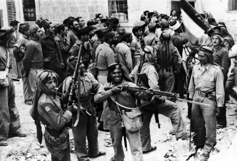 Солдаты Арабского легиона разоружают бойцов Хаганы  после их капитуляции в старом городе Иерусалиме 28 мая