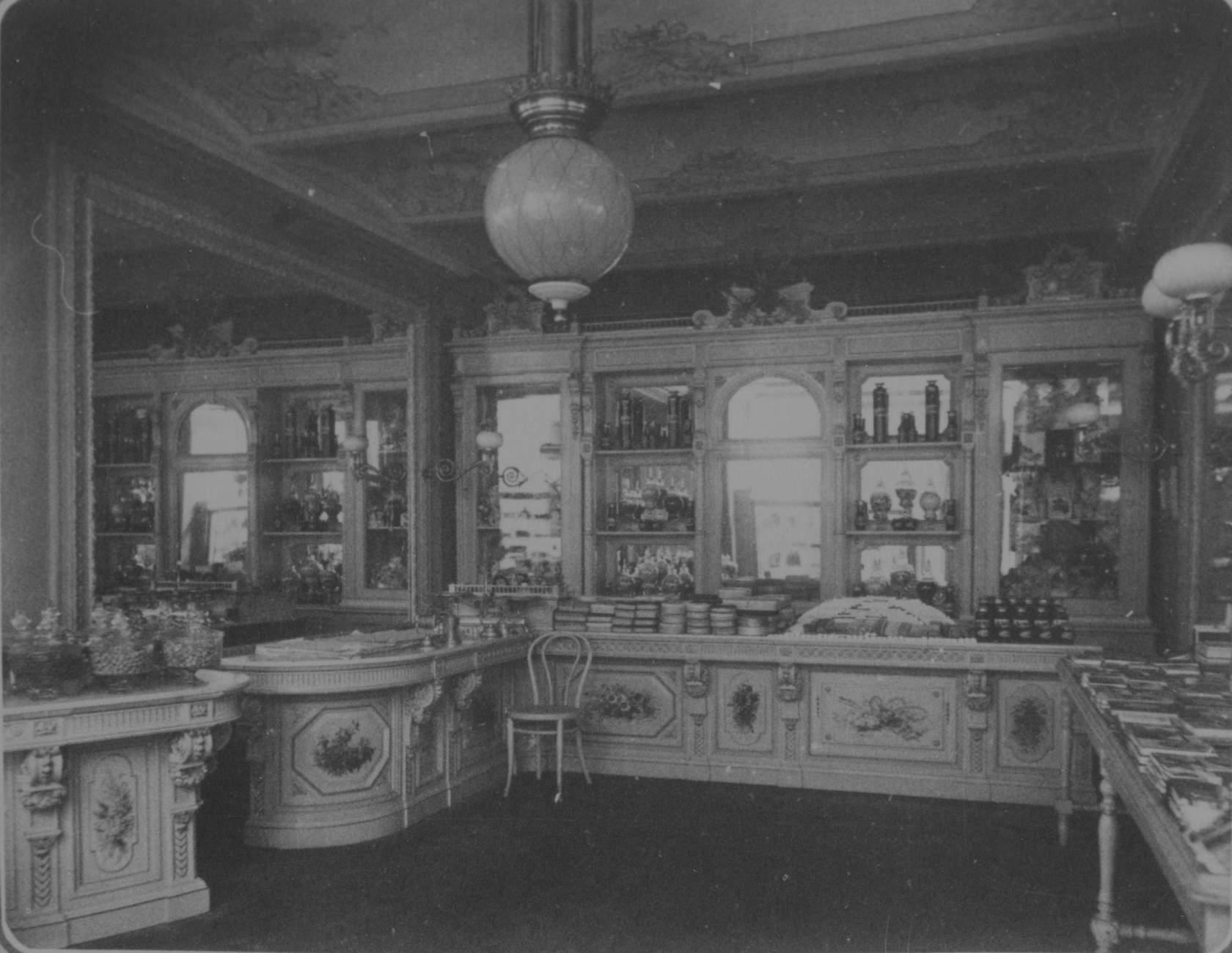 Розничный магазин Товарищества А.И. Абрикосова и Сыновей в пассаже Солодовникова на Кузнецком мосту, 1888.