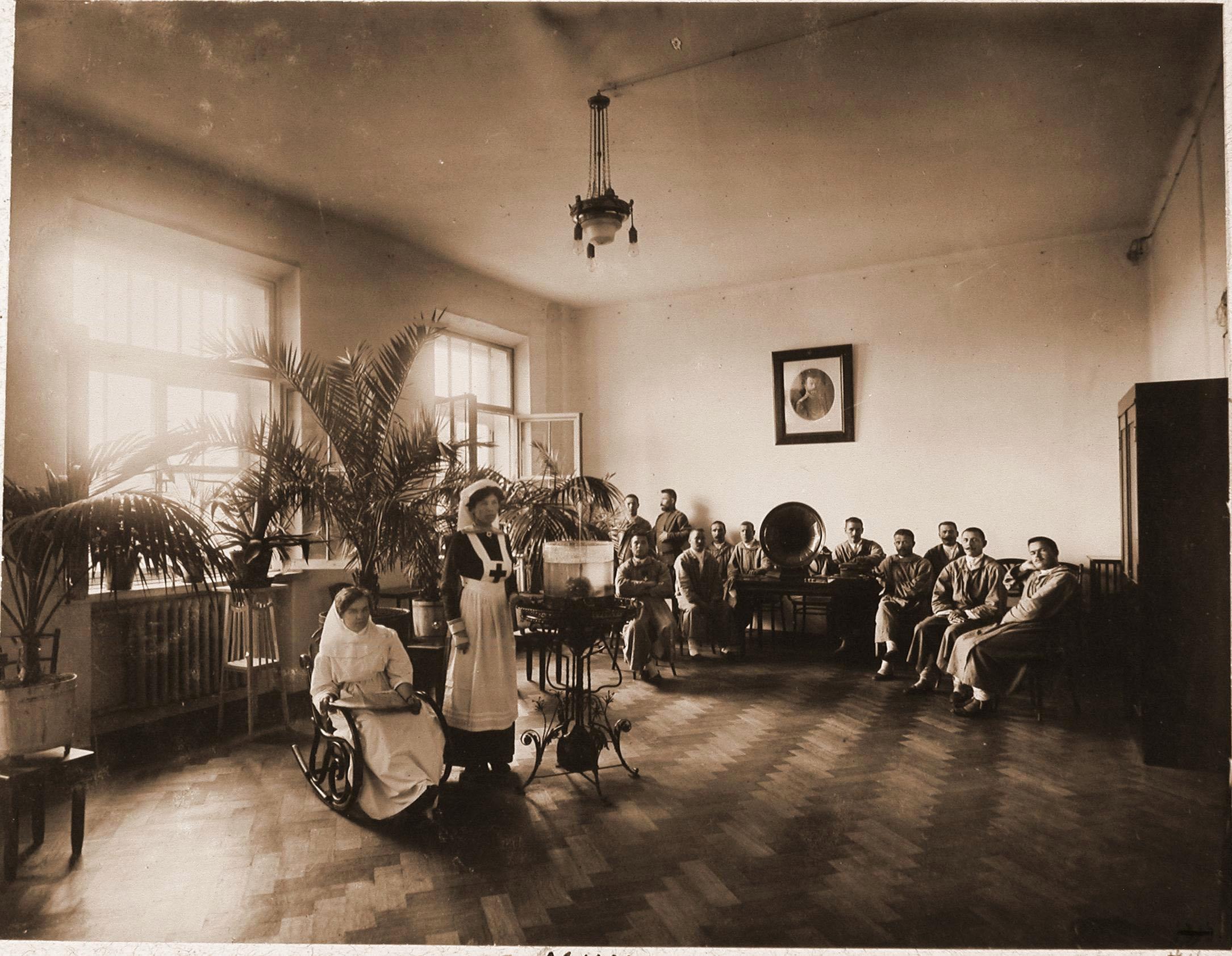 Больные, раненые и сёстры милосердия в церковном зале больницы