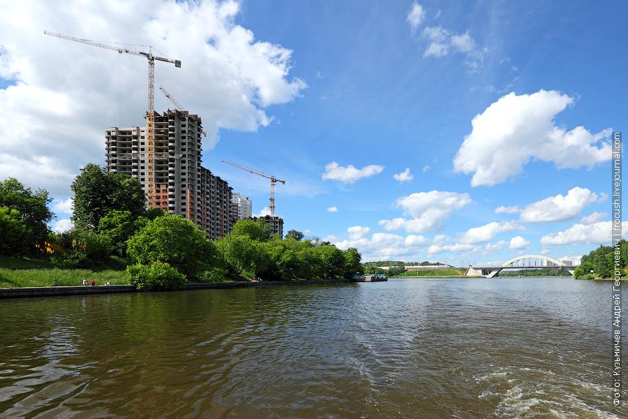 Жилой комплекс «Васко да Гама», Химкинский железнодорожный мост через канал имени Москвы с въезжающим на него «Сапсаном»