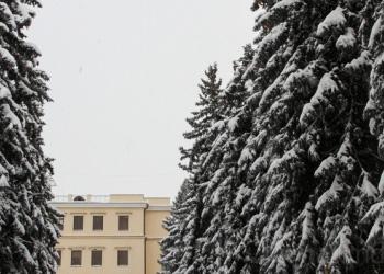 Из-за обильных снегопадов закрыты 30 школ