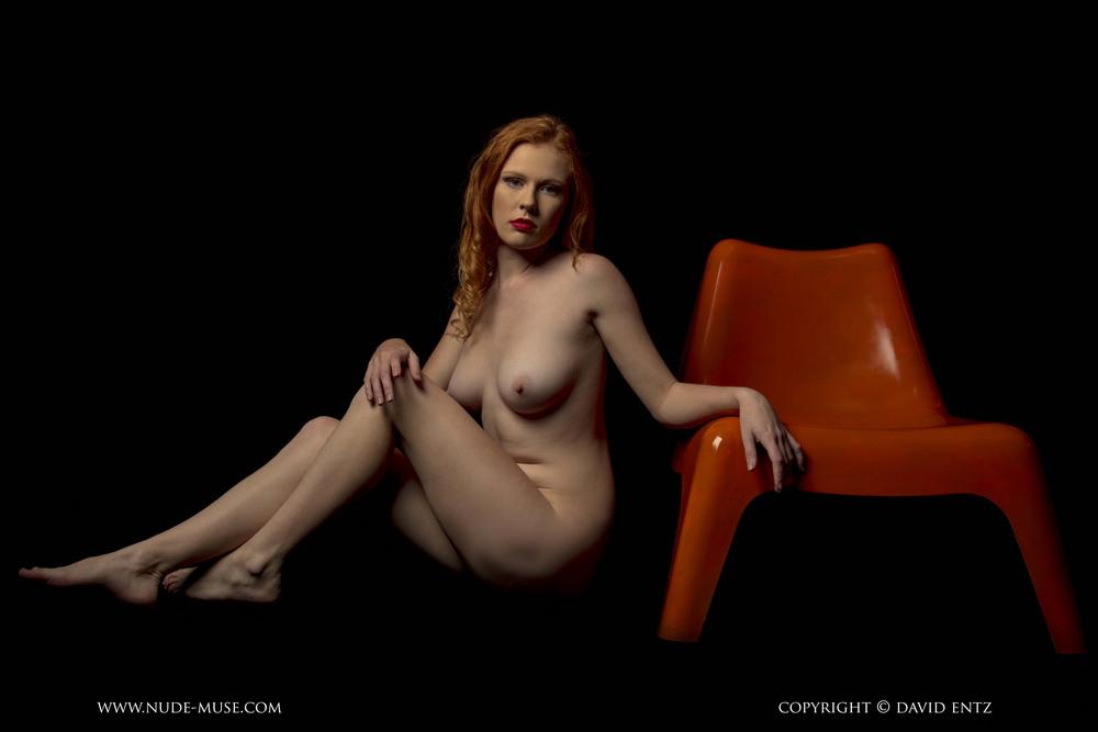 Рыжеволосая TJ на красном стуле
