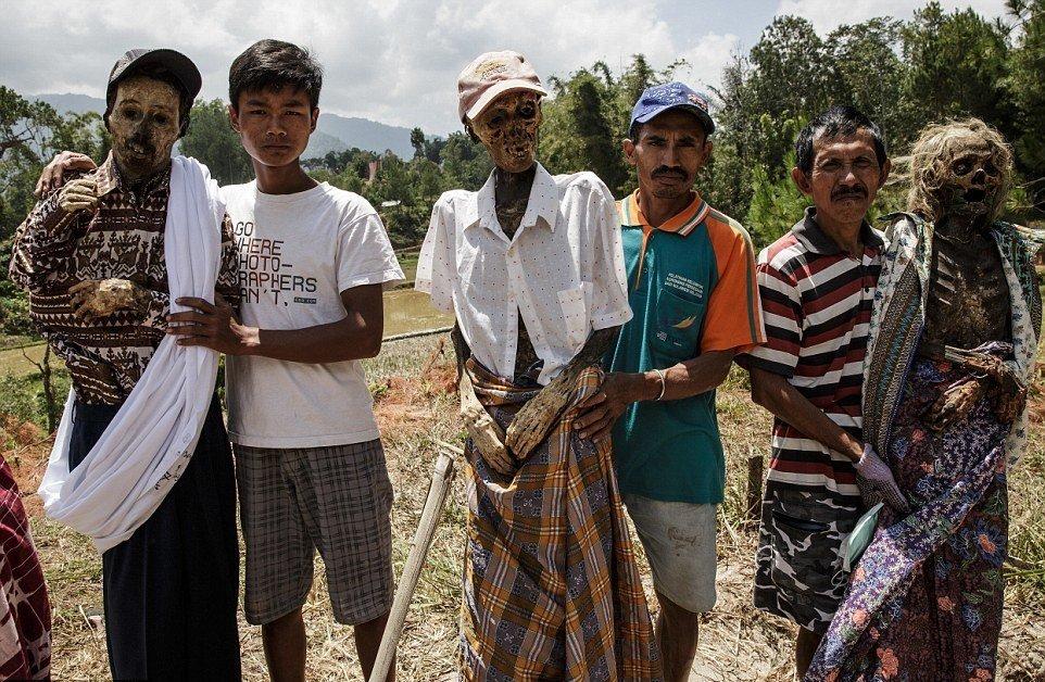 Каждые три года представители тораджи откапывают тела своих покойных родственников для проведения об