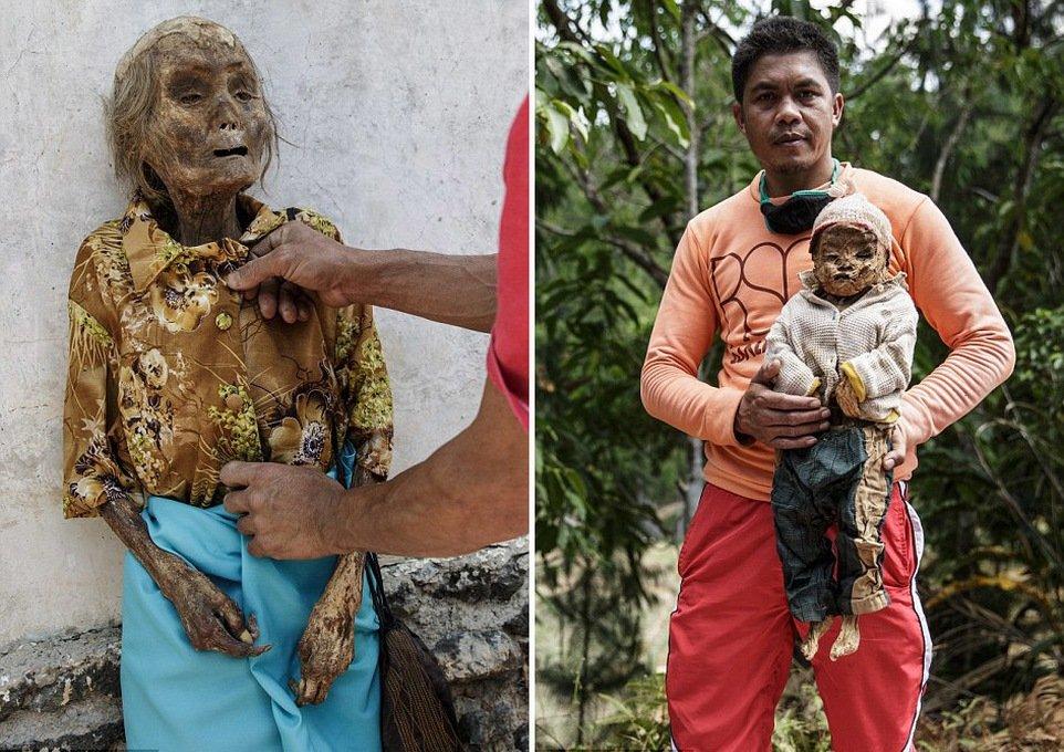 Тело покойницы Нек Тосай в красивом убранстве перед фестивалем Манене (слева). Ари Титус держит тело