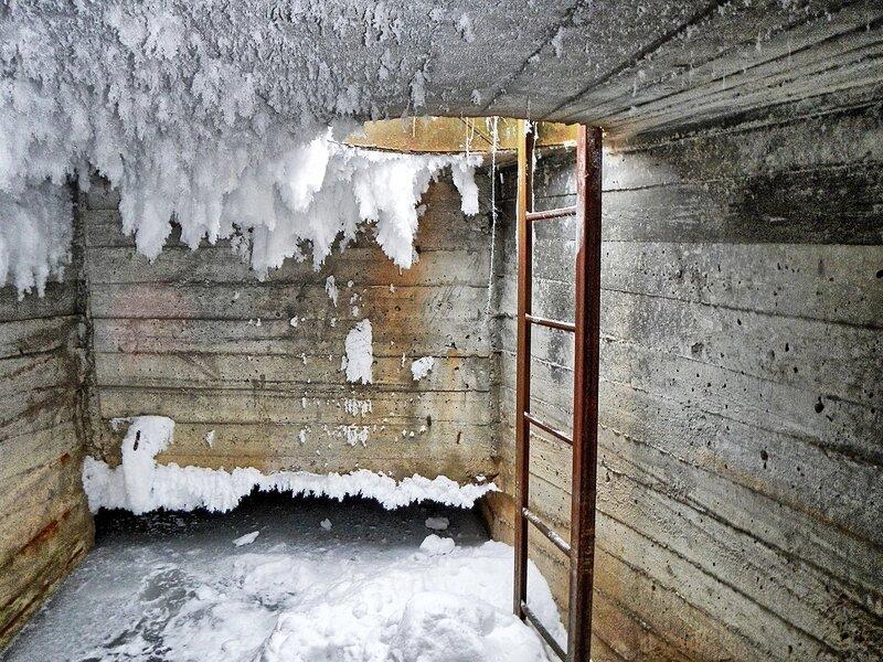 Вход в подземный туннель и покрытый инеем потолок