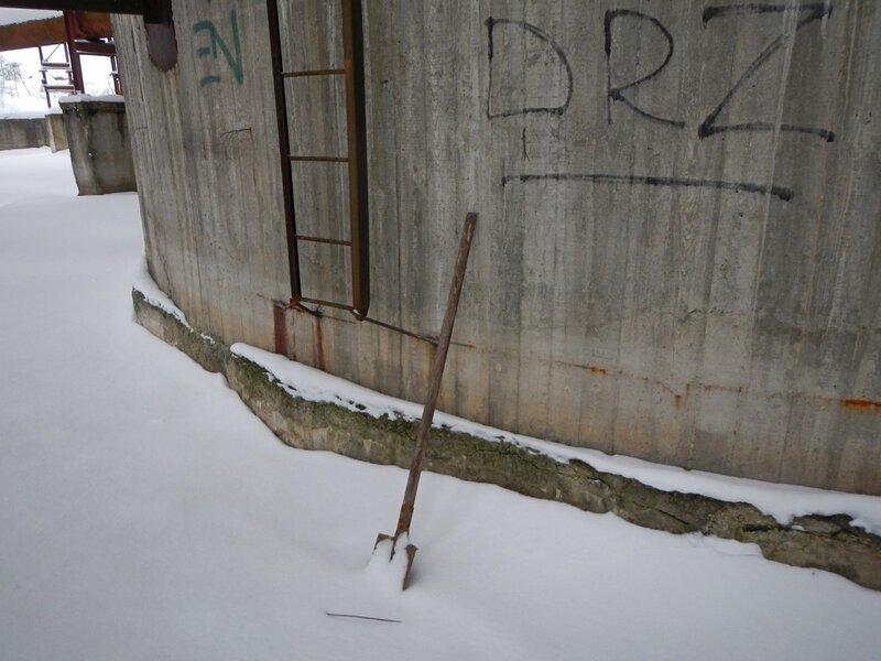 Брошенная лопата и лестница наверх центрального стакана внутри недостроенной градирни