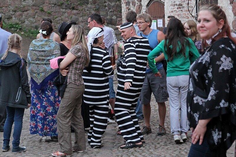 парочка каторжников в полосатых костюмах на фестивале «Майское дерево 2014»