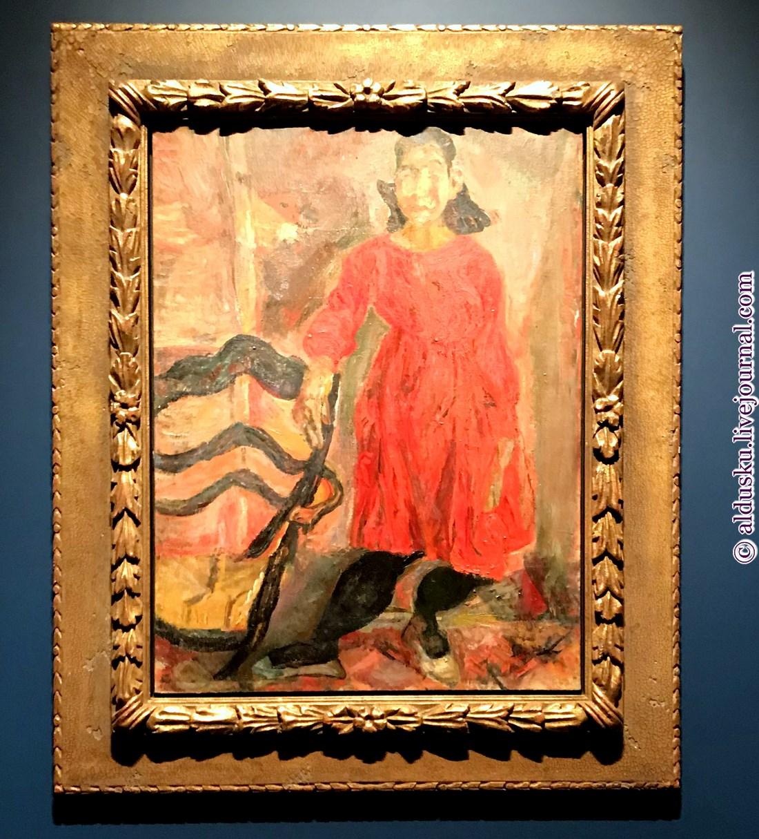 6. Девушка в красном, опирающася на стул.