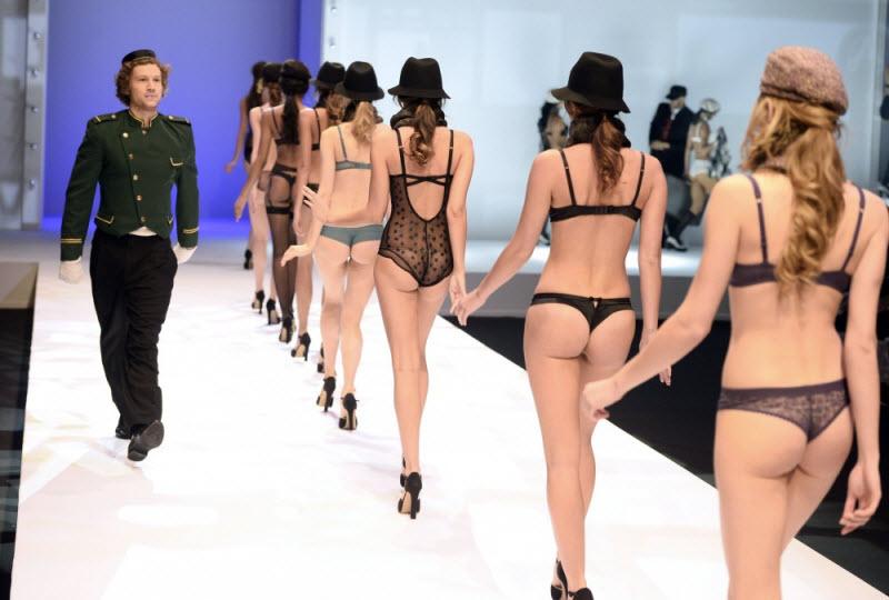 Показ моды нижнего белья эротического