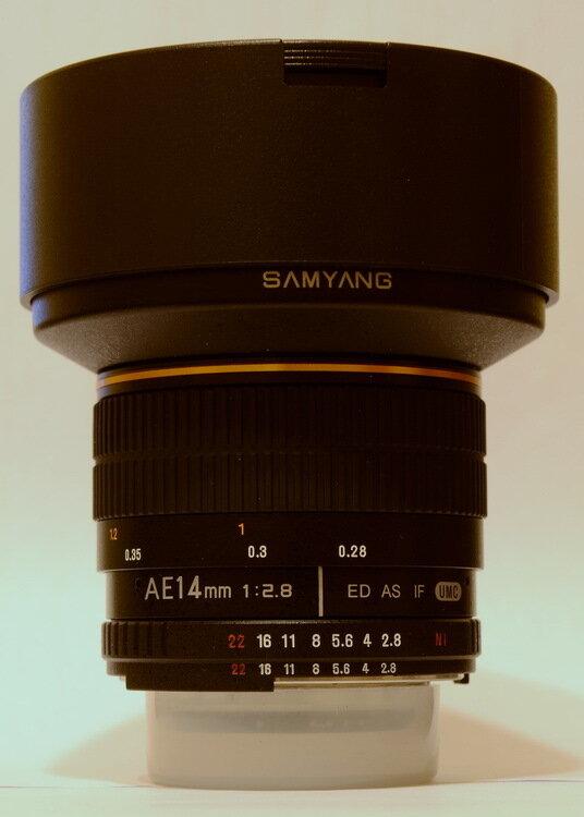 Графические обозначения на широкоугольном объективе Samyang 14 mm/2.8 с чипом.