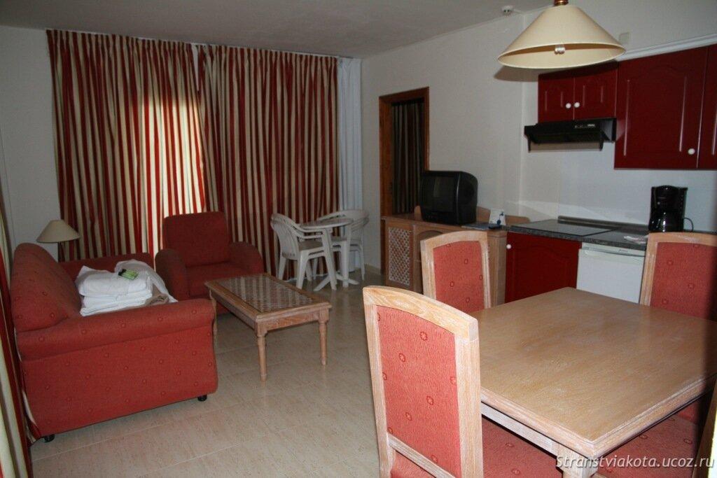 Гостиная в двухспальном апартаменте в H10 Costa Salinas