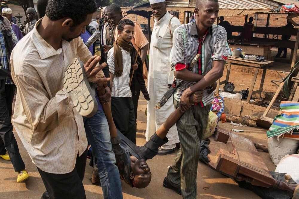 Тело 34-летнего Нана Абдул Карима, который был застрелен французскими солдатами
