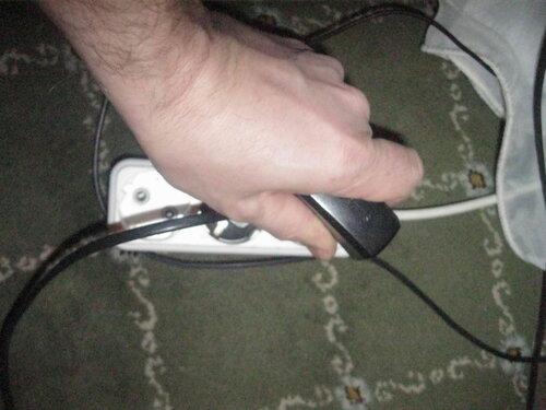 Фото 7. При отключении зарядки от удлинителя рука полностью скрывает от взора соответствующее гнездо колодки - момент возникновения аварии (повреждения штепсельной части зарядного устройства) очень легко не заметить.
