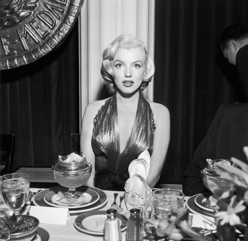 1953. Мэрилин Монро игнорирует десерт.