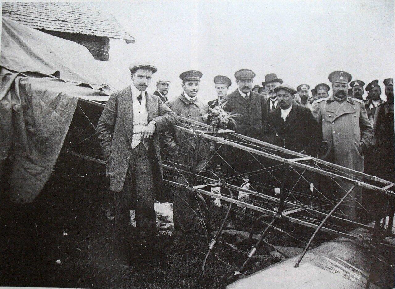 Летчик А.А.Васильев (первый слева), совершил вынужденную посадку в Торжке во время авиаперелета из Петербурга в Москву. Торжок, июнь 1911.