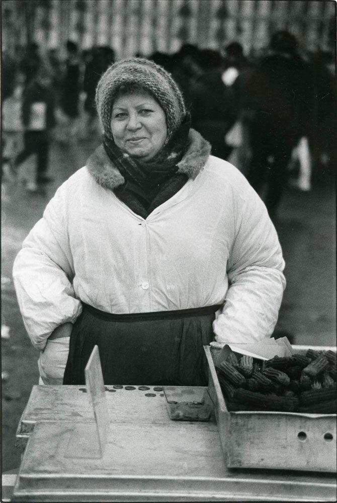Женщина, торгующая пирожками, Москва, СССР, 1989
