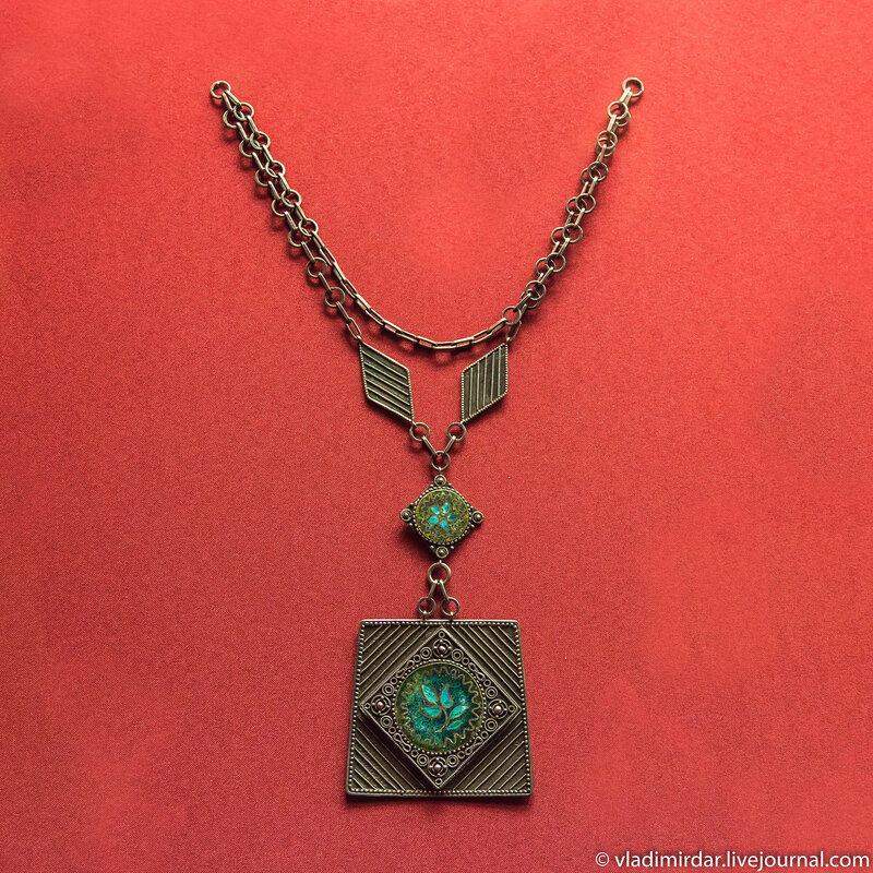 Колье «Трилистник». Манаба Магомедова. 1974. Серебро; перегородчатая эмаль, зернь, филигрань.