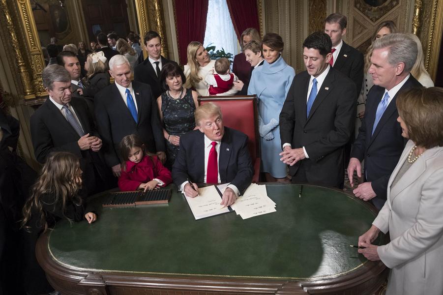 Трамп в присутствие руководства Конгресса и семьи подписывает кандидатуры в администрацию для утверждения Конгрессом, 20.01.17.png