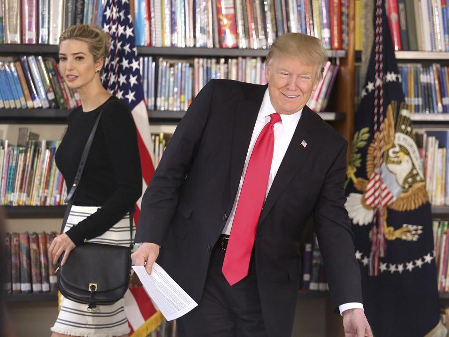 Президент и советник Трампы во Флориде 3.03.17.png