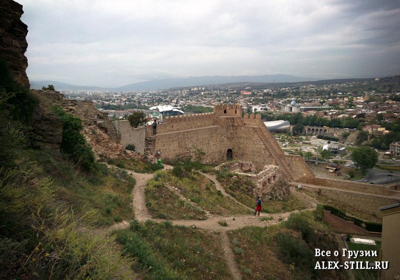На территории крепости расположена церковь Святого Николая